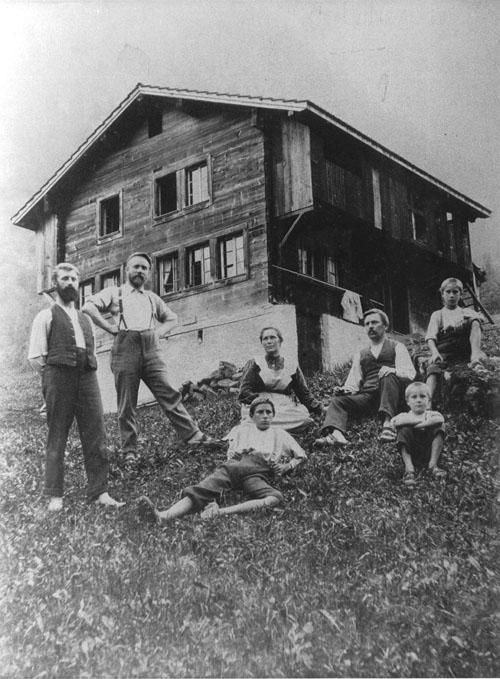 Die Familie Heinrich Eduard Gubler-Plüss (rechts) vor dem Haus «In der Weid», Riedertal. Sommer 1905